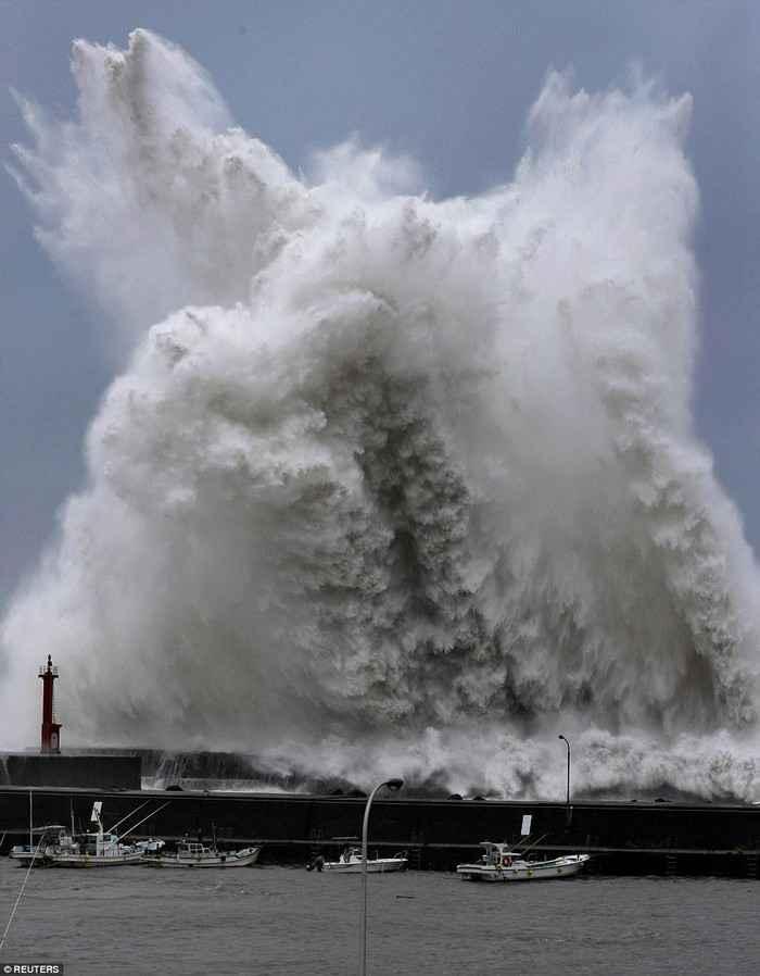 Тайфун Джеби уничтожил побережье Японии