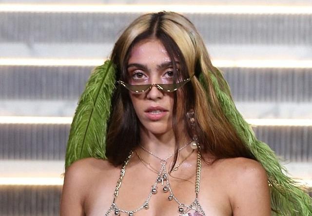 Дочь Мадонны удивила всех своим внешним видом, пройдясь по подиуму