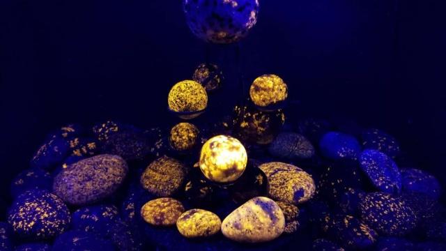 Необычные камни из озера Верхнее, которые светятся в ультрафиолете