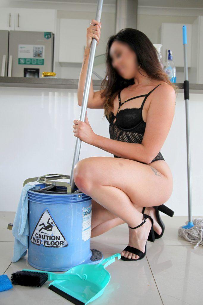 У 28-летней уборщицы значительно выросла зарплата, когда она стала работать голой