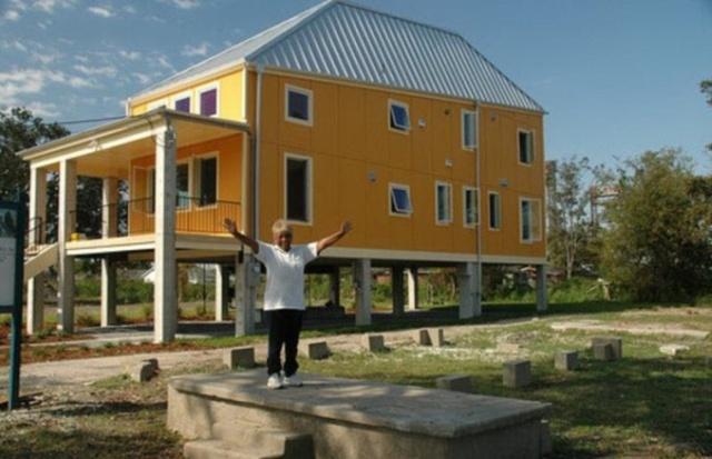 Благотворительный фонд Брэда Питта построил более 100 домов и попал под суд
