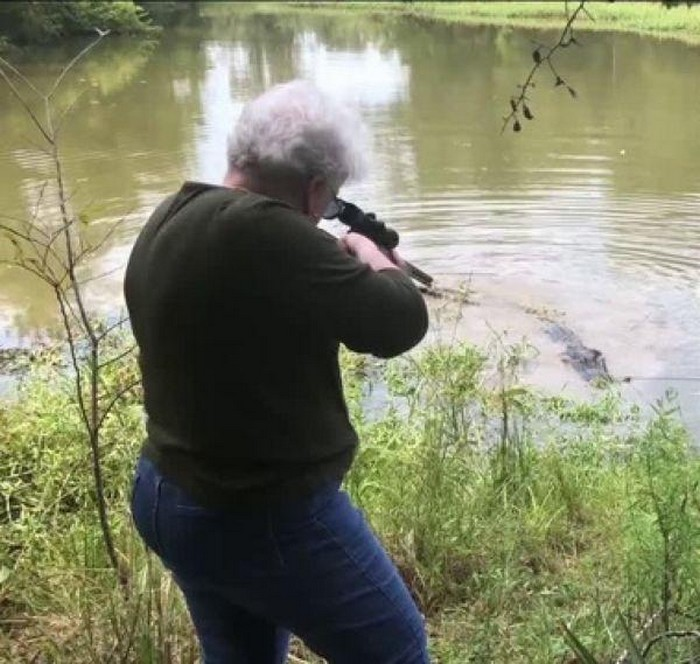 Пенсионерка с одного выстрела убила крокодила, утащившего ее любимую лошадь