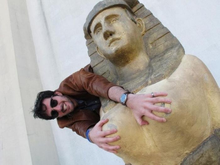 Как не надо фотографироваться со скульптурами