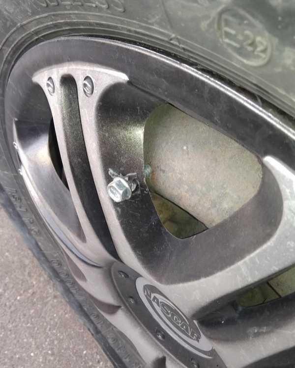 Надежно. Автовладелец прикрутил пластиковый колпак к диску... саморезом!