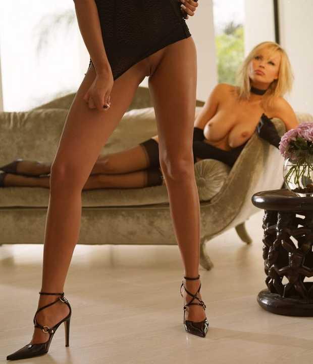 Акцент на дамские ножки ...