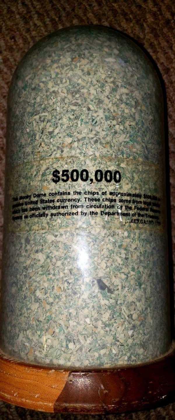 Мусорщик обнаружил в контейнере полмиллиона долларов. Но мелкими купюрами. Очень мелкими