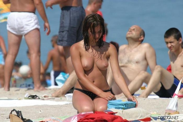 Девушки, море, пляж и минимум одежды