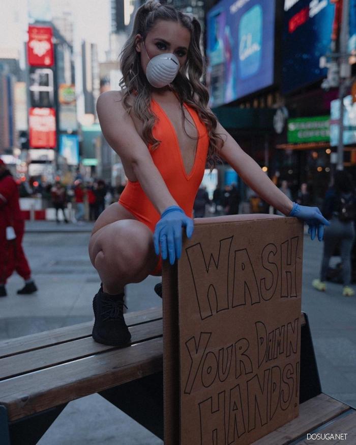 Американская блогерша вышла на улицу в купальнике и призывала чаще мыть руки